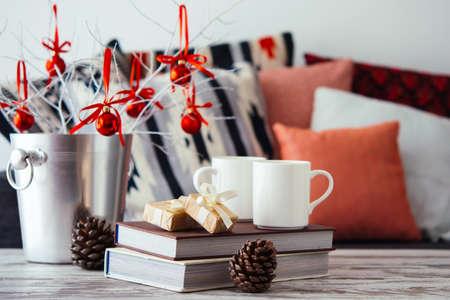 navidad elegante: Navidad o año nuevo decoración en la mesa de centro de madera moderna. acogedor sofá con las almohadillas en un fondo. Salón concepto de decoración interior y casa de vacaciones