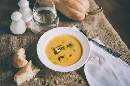 ロースト カボチャとニンジンのスープとかぼちゃの種。トーンの画像