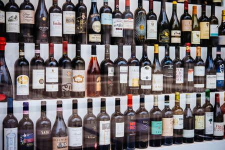 MILANO, ITALIË - 14 OKTOBER 2015: Verschillende soorten Italiaanse wijnen, te zien in een winkelvenster in Milano, Italië.