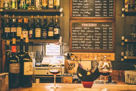 Venetië, Italië - 13 oktober 2015: Italiaanse wijnen in een kleine bar in Venetië, Italië. getinte foto