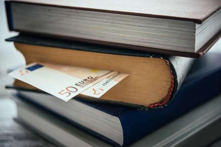 dinero euros: Pila de libros y cuentas euro