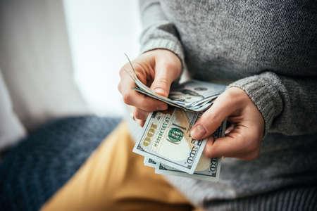 salarios: Manos nosotros contar billetes de dólar Foto de archivo