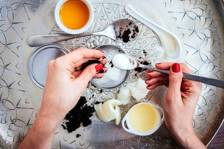Handmade cosmetische ingrediënten - kokos en shea boom boter, olijfolie, ronde koffie en suiker. Organische scrub en body cream. Stockfoto - 55421870
