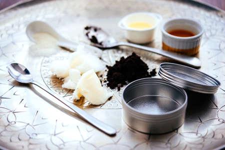 Handgemachte kosmetische Inhaltsstoffe - Kokos und Karitébaum Butter, Olivenöl, rund Kaffee und Zucker. Bio-Peeling und Körpercreme.