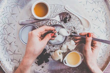 Handmade cosmetische ingrediënten - kokos en shea boom boter, olijfolie, ronde koffie en suiker. Organische scrub en body cream. getinte foto Stockfoto - 55424562