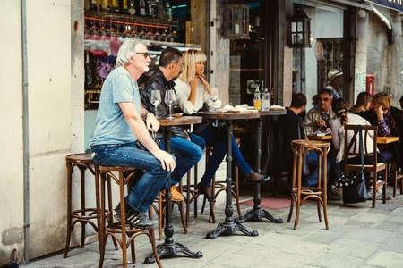 Venedig, Italien - 11. Oktober: Menschen auf der Terrasse von einem kleinen Café in Venedig, Italien sitzen Editorial