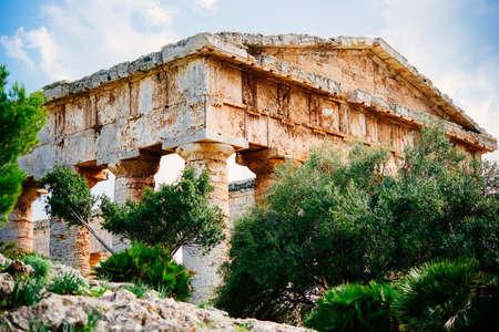templo griego: Vista del antiguo templo griego dórico en Segesta, Sicilia, Italia.