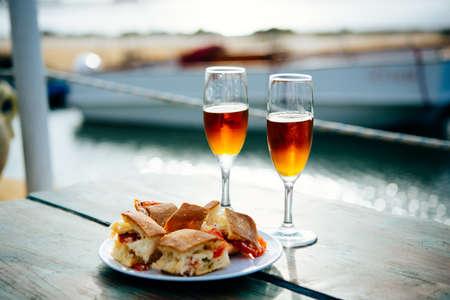 pan y vino: Marsala vino y aperitivos típicos de Sicilia se sirven de aperitivo en Marsala, Sicilia, Italia.