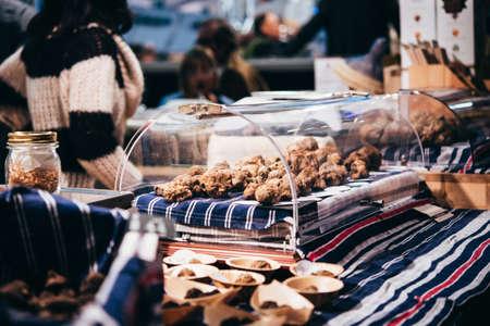truffe blanche: Truffes blanches en vente à la truffe juste à Alba, Italie. image teintée Banque d'images