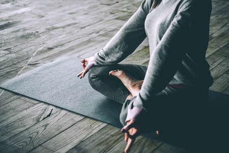 Junge Frau meditiert, während Yoga zu praktizieren. Freiheit Konzept. Ruhe und Entspannung, Frau Glück. getönten Bild