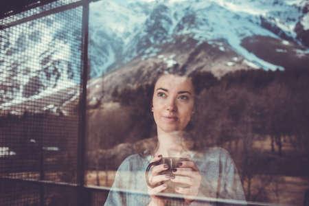 soñando: Mujer hermosa joven que disfruta de su té de la mañana mirando las montañas. Concepto de la libertad. La calma y la tranquilidad, la felicidad mujer. cuadro entonado