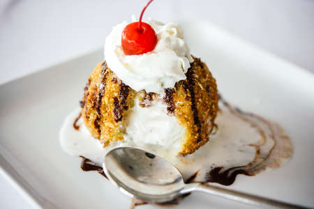 フライド アイス クリームを白い皿の上提供しています