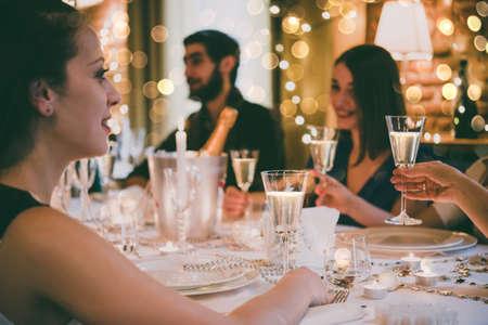 크리스마스 또는 새 해 이브를 축 하하는 친구. 샴페인 파티 테이블입니다. 스톡 콘텐츠 - 69570168