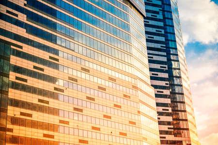 近代的な高層ビル建物のガラス壁。成功、ビジネスと開発の概念や背景