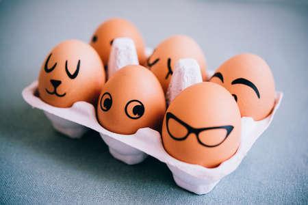 caras pintadas: huevos de Pascua pintados modernos