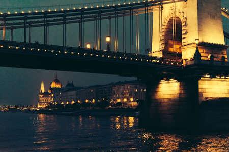 国会議事堂、ブダペスト、ハンガリーで夕方にはドナウ川から見たセーチェーニ鎖橋のビュー