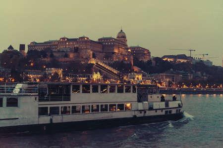 夕方にはブダペスト、ハンガリーのドナウ川から見た城の丘の眺め。