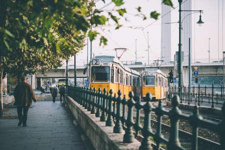 ブダペスト、ハンガリーの街でトラムのビュー。トーンの画像