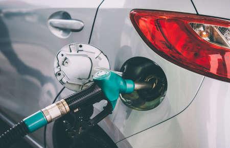 Brandstofpomp die een auto vult bij een benzinepost. Getinte afbeelding Stockfoto - 87909072