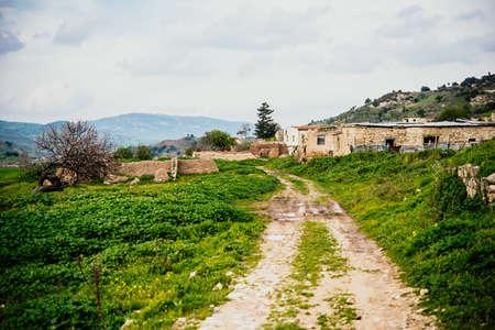 사이 프 러 스에서 버려진 된 터키어 마을 Souskiou 스톡 콘텐츠