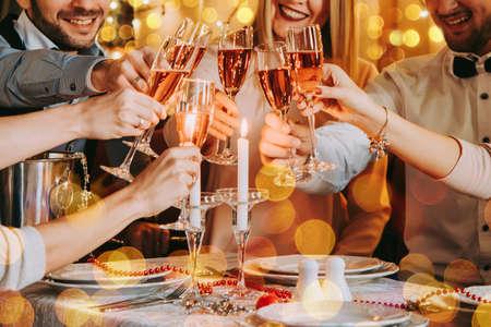 크리스마스 또는 새 해 이브를 축 하하는 친구. 장미 샴페인 가진 파티 테이블입니다. 스톡 콘텐츠