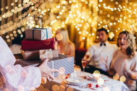 Freunde, die Weihnachten oder Silvester feiern. Partytisch mit rosafarbenem Champagner.