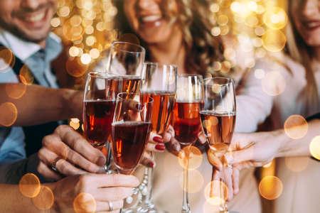 ローズシャンパンのグラスでクリスマスや大晦日を祝う友人たち 写真素材 - 89627388
