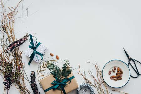 크리스마스 또는 새 해 선물 포장입니다. 휴일 장식 개념입니다. 복사 공간이있는 상위 뷰