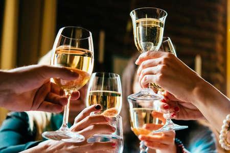 verres de vin blanc pendant une fête de fête amicale d & # 39 ; une célébration