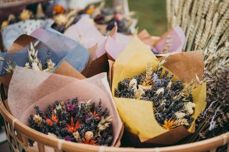 Boeket met droge bloemen. Lavendel en rogge