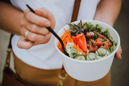 Poke tigela - salada de peixe cru servida como um aperitivo, cozinha havaiana Foto de archivo - 94803055