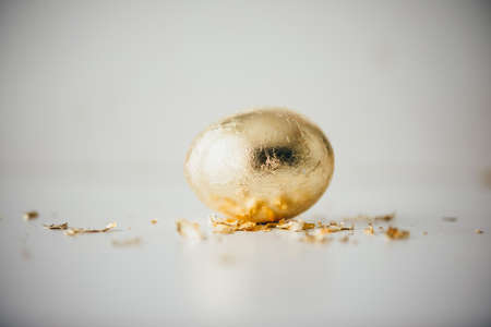金箔でコーティングされたモダンなスタイルのイースターエッグ。