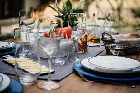 table servi pour le dîner parti dans le style méditerranéen