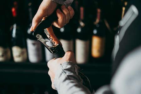 Een wijnfles openen.