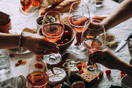 Glazen rose wijn gezien tijdens een gezellig feest van een feest. Stockfoto