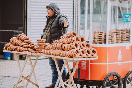 ISTANBUL, TURKEY - 29 JANUARY, 2017: The simit seller in one of the streets in Istanbul, Turkey. Publikacyjne