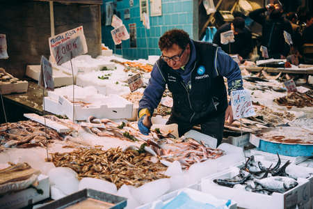 NAPLES, ITALY - 17 DECEMBER, 2017: View of fish market in Naples, Campania, Italy. 新聞圖片