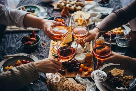 축하의 친근한 파티에서 본 로즈 와인 잔.