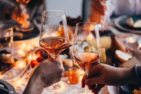 Copas de vino rosado visto durante una amistosa fiesta de celebración. Foto de archivo