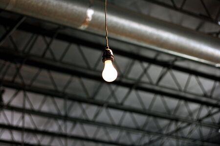 Lone lightbulb 版權商用圖片