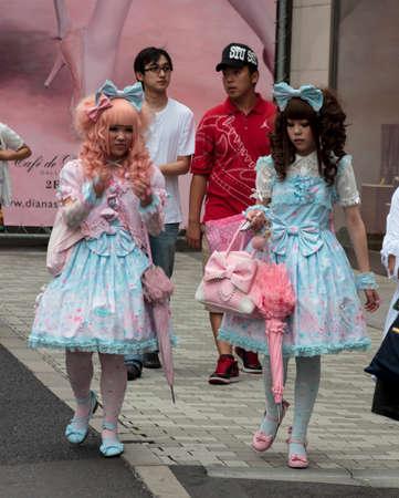 東京, 日本 - 2010 年 6 月 2 ゴシック ロリータ歩く東京原宿地区 2010 年 6 月に原宿地区の通りは東京の若者たちの伝統的な集会場