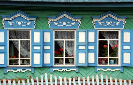 Lake Baikal, Rusland - 2 augustus 2006 Prachtig gebeeldhouwde en versierde windown-ruiten van een traditioneel Russisch huis in een afgelegen dorp in de buurt van het Baikalmeer op 2 augustus 2006 Redactioneel