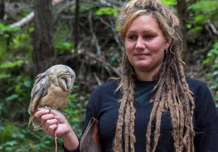 tame: Tatra, Eslovaquia - 12 de agosto 2012 La mujer sostiene un owlet manso en las monta�as Tatra en 12 de agosto 2012