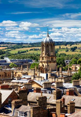 屋根や、背景の青い空と緑の英語田舎にオックスフォードの尖塔の航空写真 写真素材