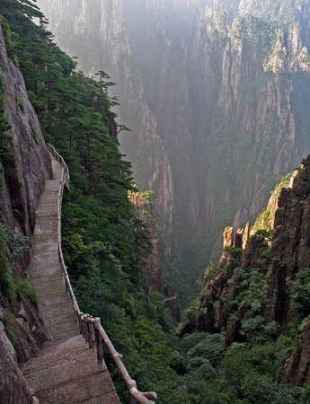 山、黄黄色山脈、中国の垂直斜面に作られた壮大な経路 写真素材 - 25706427
