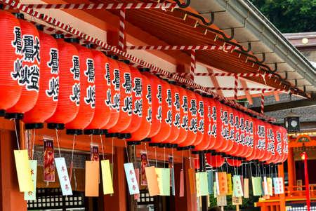 japenese: Filas de linternas de papel japonesas rojas, colgando en un santuario sinto�sta, Kyoto, Jap�n