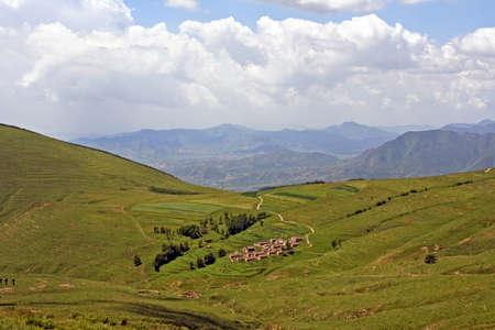 Chinees landelijke landschap - dorp omgeven door brede uitzicht op de bergen gestileerd en gefilterd om te kijken als een olieverfschilderij. Locatie - Wutai Shan-gebergte. Stockfoto - 35129903