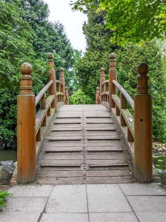 ponte giapponese: ingresso al giapponese ponte rosso - bashi Taiko, elemento caratteristico di giardini giapponesi Archivio Fotografico