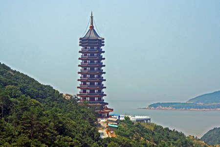 gigantesque: pagode chinoise gigantesque mer et l'�le en arri�re-plan Banque d'images