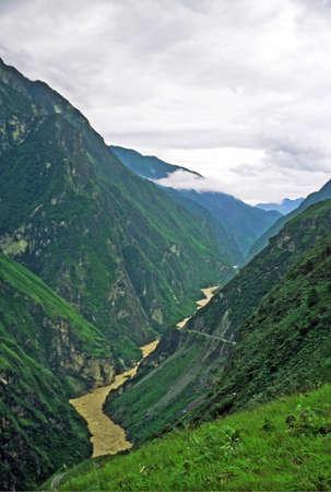 タイガー渓谷、雲南省、中国 - 霧にむせぶ渓谷で川を跳躍の垂直のビンテージ スタイル写真 写真素材 - 36656181